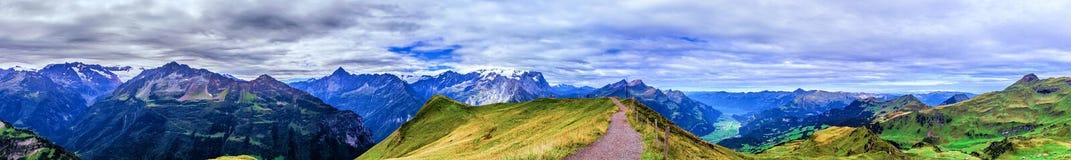 Meiringen i Schweiz är ett måste går område Royaltyfri Foto