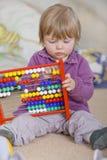 Meisje één éénjarige het leren Stock Fotografie