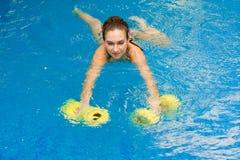 Meisje in aërobe aquageschiktheid stock fotografie