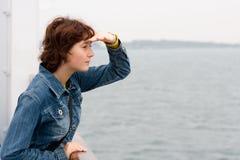 Meisje aan boord van het schip Stock Afbeelding