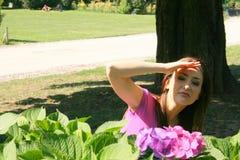 Meisje achter bloemen Royalty-vrije Stock Afbeeldingen