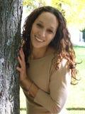Meisje achter de boom Stock Afbeeldingen