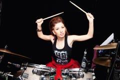 Meisje achter drum-type installatie stock fotografie