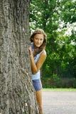 Meisje achter een boom Royalty-vrije Stock Afbeelding