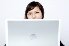 Meisje achter laptop Stock Foto's