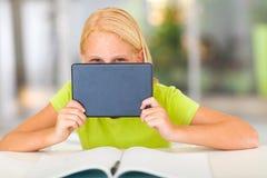 Meisje achter tablet Stock Fotografie