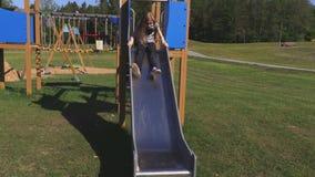 Meisje in actie betreffende speelplaats stock footage