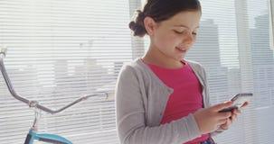 Meisje als stafmedewerker die mobiele telefoon 4k met behulp van stock footage