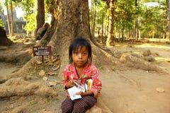 Meisje in Angkor Wat, Kambodja Stock Afbeeldingen