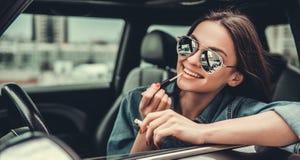 Meisje in auto stock fotografie