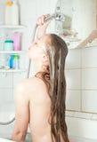 Meisje in bad met douche royalty-vrije stock afbeeldingen