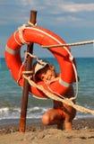 Meisje in badpak dat zich op strand bevindt Royalty-vrije Stock Fotografie