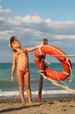 Meisje in badpak en GLB dat zich op strand bevindt royalty-vrije stock foto