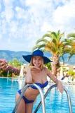 Meisje in badpak en hoed Stock Afbeeldingen