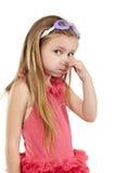 Meisje in badpak en zwemmende beschermende brillentribunes royalty-vrije stock afbeeldingen