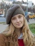 Meisje in baret stock afbeeldingen