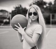 Meisje, basketbal, zonnebril Sluit omhoog Halve hoogte, zwarte en royalty-vrije stock fotografie