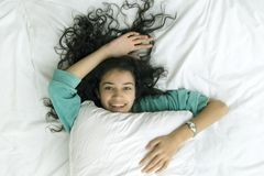 Meisje in bed Stock Foto's