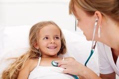 Meisje in bed dat een gezondheidscontrole heeft Stock Afbeelding