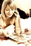 Meisje in bed dat op de telefoon spreekt Royalty-vrije Stock Foto