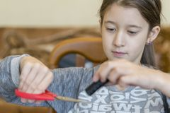 Meisje belast met handwerk Meisje met Schaar stock afbeeldingen