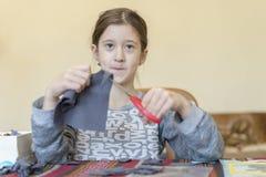 Meisje belast met handwerk Meisje met Schaar vaas toe stock fotografie