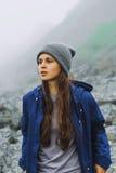 Meisje in bergen Stock Fotografie