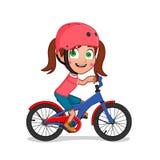 Meisje berijdende fiets met helm stock fotografie