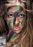 Meisje in beschermende camouflage Stock Afbeeldingen