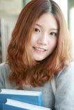 Meisje in bibliotheek Stock Fotografie