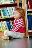 Meisje in bibliotheek royalty-vrije stock foto's