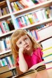 Meisje in bibliotheek royalty-vrije stock afbeelding