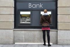 Meisje bij ATM Stock Afbeeldingen