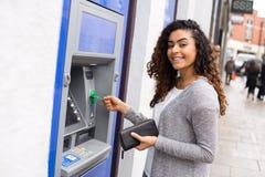 Meisje bij ATM royalty-vrije stock fotografie