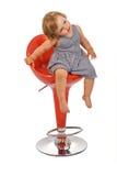 Meisje bij barkruk geïsoleerdn stellen - Stock Foto's