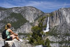 Meisje bij Dalingen Yosemite Royalty-vrije Stock Foto's