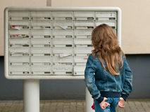 Meisje bij de brievenbussen Stock Afbeeldingen