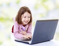 Meisje bij de computer stock foto