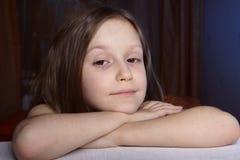 Meisje bij de donkere ruimte Royalty-vrije Stock Afbeelding