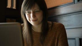 Meisje bij de koffie met laptop stock video