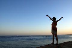Meisje bij de kust Stock Afbeelding