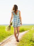 Meisje bij de landweg stock afbeeldingen