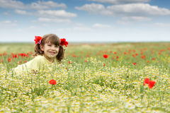 Meisje bij de lentetijd van de wildflowersweide Royalty-vrije Stock Foto's