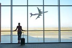 Meisje bij de luchthaven Stock Afbeeldingen