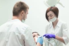Meisje bij de ontvangst bij de tandarts stock afbeeldingen