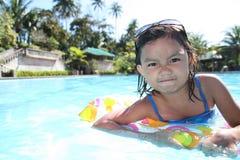 Meisje bij de pool stock foto's