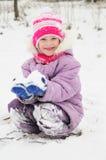 Meisje bij de sneeuwwinter in openlucht Stock Afbeelding