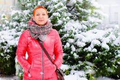 Meisje bij de Wandelgalerij Het winkelen en goede stemming Kopende Kerstmisgiften Het sprookje van de sneeuwwinter stock fotografie
