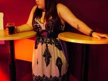 Meisje bij een Bar Stock Foto