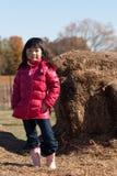 Meisje bij een landbouwbedrijf Stock Fotografie